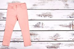 Pantalones modernos del verano de las muchachas adolescentes Imagen de archivo libre de regalías