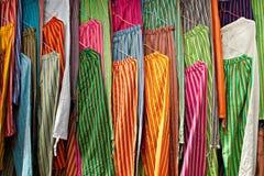 Pantalones ocasionales coloridos en el mercado de Otavalo Fotos de archivo libres de regalías