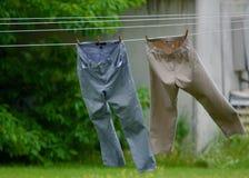 Pantalones que cuelgan en una línea de ropa Foto de archivo