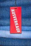 Pantalones vaqueros con la etiqueta alemana de la venta Imagenes de archivo