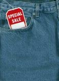 Pantalones vaqueros con la etiqueta de la venta Foto de archivo libre de regalías