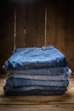 Pantalones vaqueros empilados Imagenes de archivo