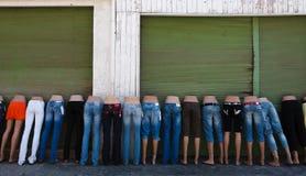 Pantalones vaqueros en maniquíes Imagenes de archivo