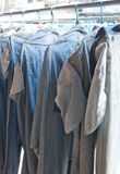 Pantalones vaqueros en una cuerda para tender la ropa a secarse Fotografía de archivo libre de regalías