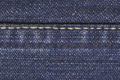 Pantalones vaqueros materiales con la puntada Fotos de archivo