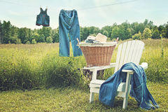 Pantalones vaqueros que cuelgan en cuerda para tender la ropa en una tarde del verano Foto de archivo libre de regalías