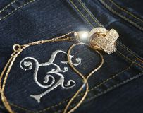 Pantalones vaqueros y collar de diamante Fotografía de archivo libre de regalías