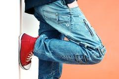 Pantalones vaqueros y zapatillas de deporte Fotos de archivo libres de regalías
