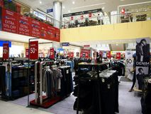 Pantalones y otros artículos de la ropa para la venta dentro de la ciudad Masinag del SM Imagenes de archivo