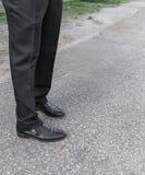 Pantalones y zapatos de los hombres Piernas de hombres de negocios Fotografía de archivo libre de regalías