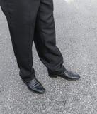 Pantalones y zapatos de los hombres Piernas de hombres de negocios hombre de negocios en negro Fotos de archivo libres de regalías