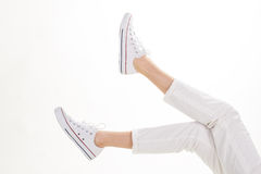 Pantaloni bianchi e calzature casuali Fotografia Stock Libera da Diritti
