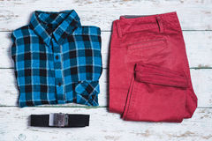 Pantaloni, camicia e cinghia su fondo d'annata bianco Fotografia Stock Libera da Diritti