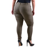 Pantaloni classici femminili grigi più di usura XXL del modello di dimensione con i tacchi alti neri isolati su fondo bianco Fotografia Stock Libera da Diritti