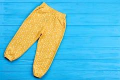 Pantaloni colorati per la neonata Fotografie Stock