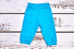 Pantaloni del blu del neonato Immagini Stock