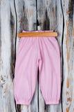 Pantaloni di rosa del ` delle ragazze sul gancio Immagini Stock Libere da Diritti