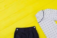 Pantaloni e blusa delle ragazze Immagine Stock