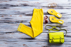 Pantaloni gialli con la borsa della calce Fotografie Stock