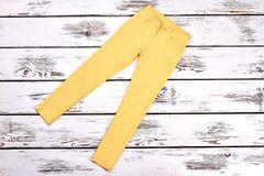 Pantaloni gialli del cotone delle ragazze, vista superiore Immagine Stock