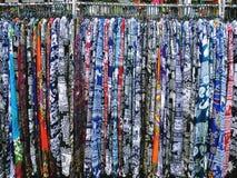 Pantaloni modellati morbidezza che appendono sullo scaffale al dettagliante Fotografie Stock