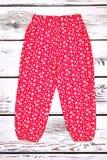 Pantaloni modellati rosso infantile della ragazza Fotografia Stock