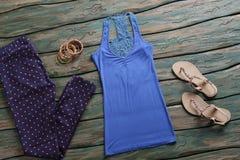 Pantaloni punteggiati e cima blu Immagine Stock