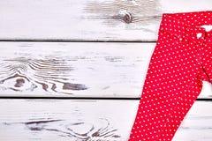 Pantaloni rossi della stampa dei cuori per le ragazze Fotografie Stock