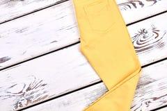 Pantaloni scarni gialli del cotone delle ragazze Immagini Stock