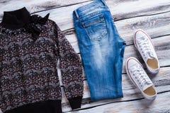 Pantaloni scuri del denim e della maglietta felpata Immagini Stock Libere da Diritti