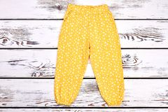 Pantaloni stampati giallo della neonata Immagine Stock