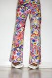 Pantaloni teenager e piedi delle ragazze. Fotografia Stock Libera da Diritti