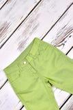 Pantaloni verdi dei bambini, vista superiore Immagini Stock