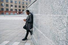Pantaloni a vita bassa afroamericani alla moda all'aperto immagine stock