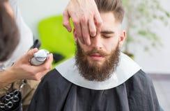 Pantaloni a vita bassa al barbiere fotografie stock libere da diritti
