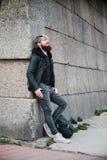 Pantaloni a vita bassa barbuti con l'anello di naso in bomber Fotografia Stock