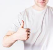 Pantaloni a vita bassa bei del tipo che mostrano simbolo giusto nel sorridere bianco della camicia, Immagine Stock Libera da Diritti