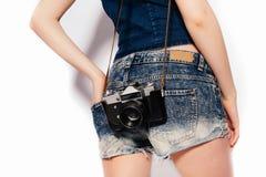 Pantaloni a vita bassa biondi alla moda alla moda della ragazza Fotografia Stock Libera da Diritti