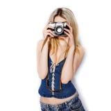 Pantaloni a vita bassa biondi alla moda alla moda della ragazza Fotografie Stock Libere da Diritti