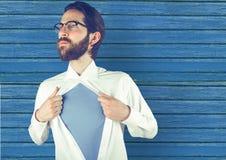 pantaloni a vita bassa che aprono la maglietta con fondo di legno blu Fotografia Stock
