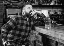 Pantaloni a vita bassa che si rilassano alla barra con birra Bevanda dell'alcool di ordine Antivari sta rilassandosi il posto ha  immagine stock