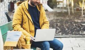 Pantaloni a vita bassa con lo zaino giallo, rivestimento, caffè della bevanda di termo tazza, indipendente facendo uso del comput fotografia stock