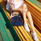 Pantaloni a vita bassa d'avanguardia che riposano nella città Fotografia Stock