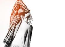 Pantaloni a vita bassa del tipo in maglietta nera, spazio in bianco rosso della camicia del plaid, sorriso, baia Immagini Stock Libere da Diritti