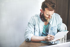 Pantaloni a vita bassa dell'uomo che lavorano scrivendo strategia casuale di pianificazione di visione concentrata fotografia stock libera da diritti