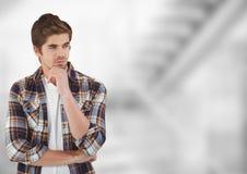 Pantaloni a vita bassa maschii premurosi che stanno con la mano sul mento Fotografie Stock