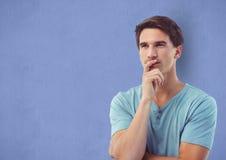 Pantaloni a vita bassa maschii premurosi contro fondo blu Immagini Stock