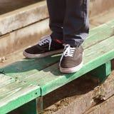 Pantaloni a vita bassa moderni in gumshoes di estate Immagini Stock Libere da Diritti