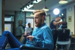 Pantaloni a vita bassa nel negozio di barbiere fotografie stock libere da diritti