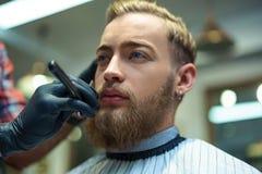Pantaloni a vita bassa nel negozio di barbiere immagini stock
